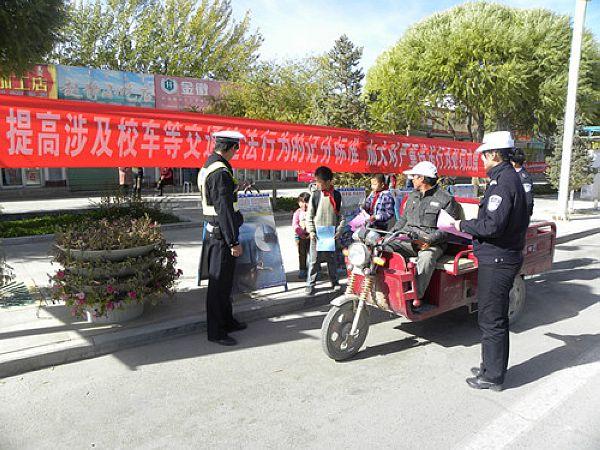 """酒泉市肃北县交警开展""""两个规定""""宣传活动"""