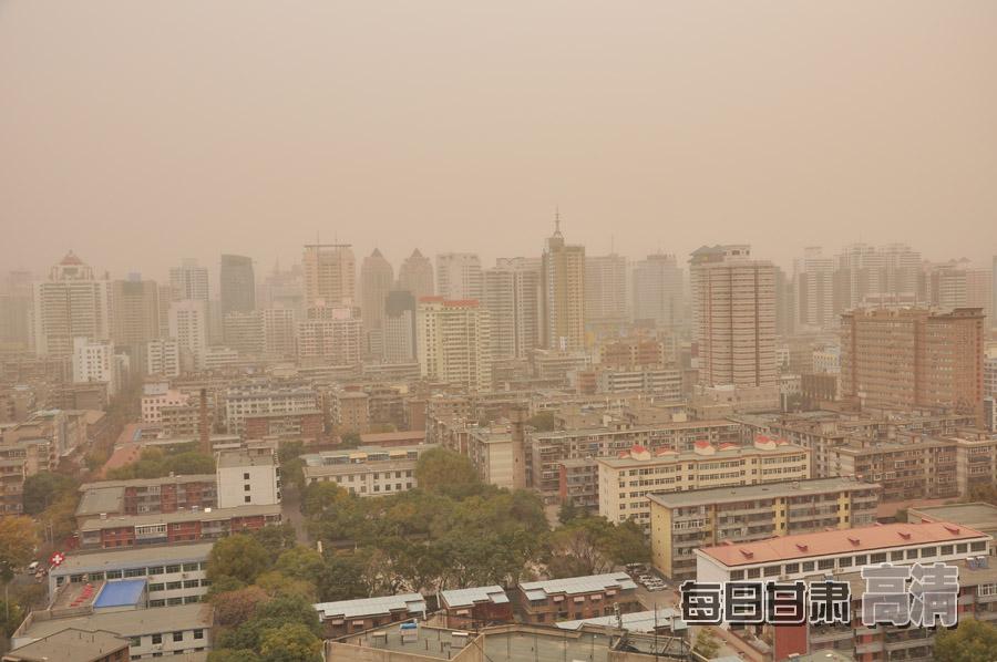 兰州市的建筑物已被沙尘所笼罩 整个市区里黄沙漫天 每日甘肃网记者