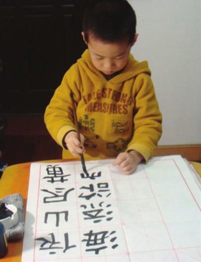 祁继庆/在米字格上练习毛笔字的孩子
