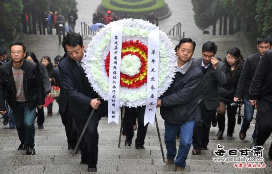 全国近百名网媒记者向井冈山革命烈士陵园敬献花圈