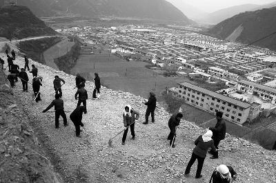 宕昌县南河乡组织群众新修前贯村乡村公路