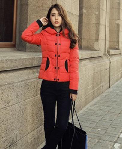 搭配妙招:红色短款羽绒服+黑色