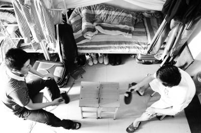 友谊/近日,武汉长江工商学院新闻专业学生针对大学生宿舍关系状况,...