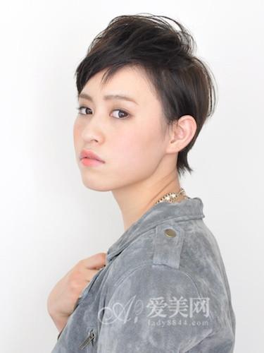 这是款透明感的可爱圆短发,发型的顶部是呈现蓬松感是发型的重点.