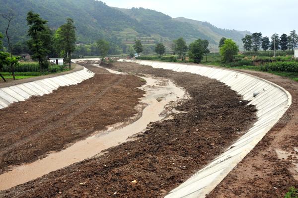 国家坡耕地水土流失治理试点工程马莲山项目区高标准修建的水平梯田。   水政执法管理工作取得了新成效   深入开展水利法制宣传教育,大力推进水利依法行政工作,为全区水利事业的改革发展提供了有力的法治保障。建立健全执法机构,落实执法人员和装备。2000年,秦州区成立了水政监察大队,配备了专职人员和执法专用车、摄像机、照相机、传真机、电脑等装备。同时,在藉口、汪川等10个基层水务站组建了水政监察中队,大力开展各种涉水事务的服务管理工作,依法查处辖区内破坏水土资源、水利水保设施的违法行为,维护了正常的水事秩序;严