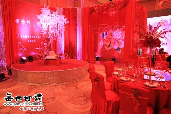 """""""中国红""""喜宴主题   据悉,在酒店也拥有举办各类豪华婚宴的场地,新人可以在露台花园举办浪漫的西式婚礼仪式,或者然在华丽的大宴会厅举行气派的婚宴。酒店还可以为新人提供浪漫婚房,烛光晚餐,情侣水疗等一系列专属婚宴报价,让新郎新娘充分享受到奢华尊宠的个性化服务。酒店的婚礼专员将为您全程提供专业服务,从婚礼安排、菜单定制、桌布选择,以及婚礼过程的各项事宜都细致安排,为您打造完美婚礼。 本篇新闻热门关键词:"""