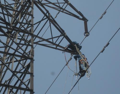 检修公司改造线路确保电气化铁路安全