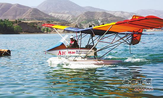 一架超轻型水上飞机