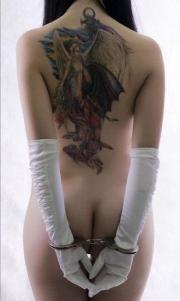 惊艳纹身艺术女人身体也喷血