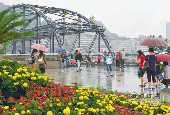 兰州黄河铁桥作文_游客在兰州黄河铁桥前游玩拍照(图)-黄河铁桥-每日甘肃-甘肃日报