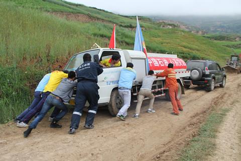 中石油定西公司抗震保供突击队向岷县重灾区推进