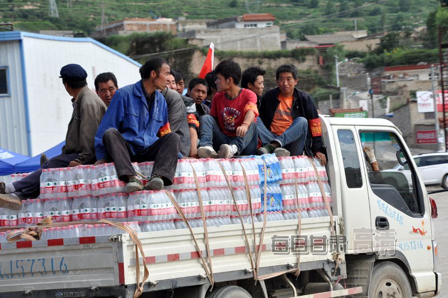 岷县灾区紧张有序的接受和发放物资