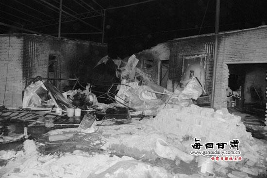 兰州:电焊火星掉入木头堆 废旧家具工厂起火