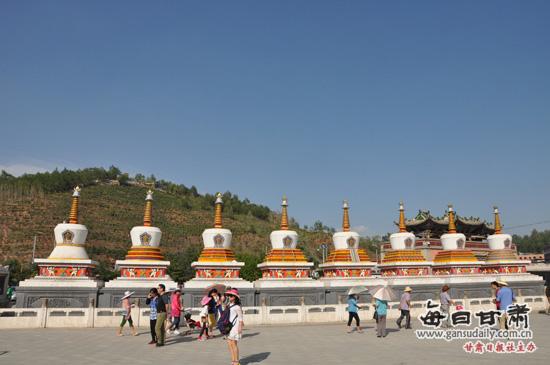 """每日甘肃网讯(记者樊醒民摄影报道)日前,2013中国重点网络媒体青海行采风团来到了藏传佛教著名古刹——塔尔寺,深切感受藏传佛教的无穷魅力。   塔尔寺位于青海省西宁市西南25公里处的湟中县城鲁沙尔镇。塔尔寺又名塔儿寺。得名于大金瓦寺内为纪念黄教创始人宗喀巴而建的大银塔,藏语称为""""衮本贤巴林"""",意思是""""十万狮子吼佛像的弥勒寺""""。它坐落在湟中县鲁沙尔镇西南隅的连花山坳中,是中国藏传佛教格鲁派(黄教)六大寺院之一,也是青海省首屈一指的名"""