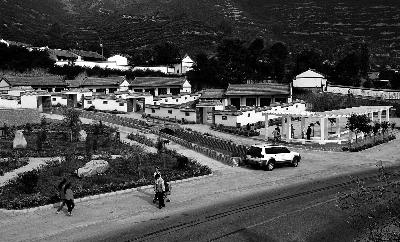 宕昌县南河乡路固村群众在文化广场上活动