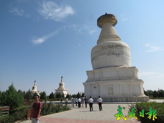 游客在白塔寺参观(图)