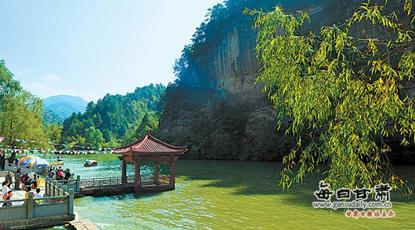 国庆黄金周:游客在天水市仙人崖景区欣赏美景