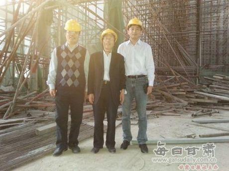 土木工程学院郭子雄院长陪同杜永峰教授参观新建结构