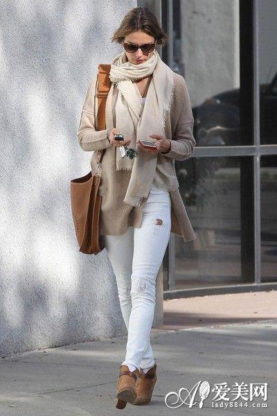 毛衣开衫外套+米白色长款围巾+棕色皮革短靴+棕色单