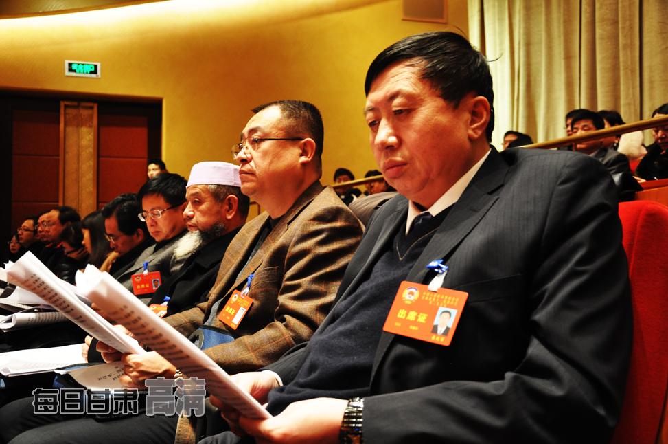政协甘肃省十一届二次会议开幕 委员认真听取报告