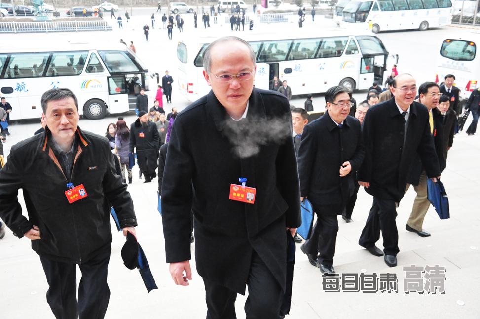 政协甘肃省十一届二次会议开幕 委员步入会场