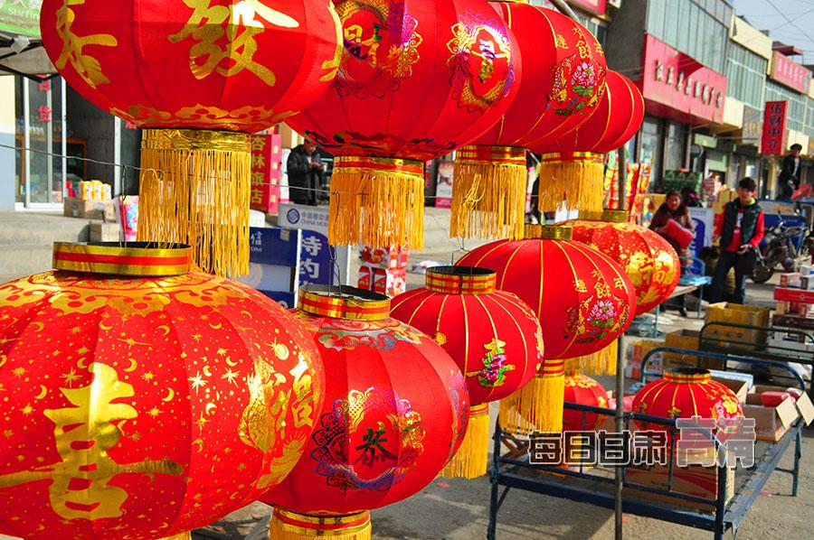 岷县梅川镇年货市场大红灯笼格外醒目