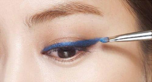 夸张,可以活用眼线笔.眼线铅笔画线,在上面覆盖泛着珠光的眼影,