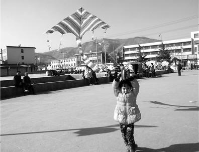 礼县孩子们放风筝迎接春天的到来