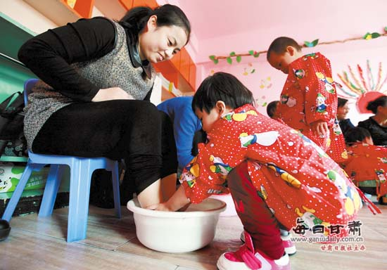 三八妇女节:幼儿园小班的孩子们给妈妈洗洗脚