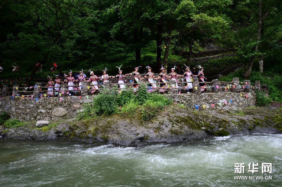 5月22日,在甘肃省陇南市文县铁楼乡草河坝村,当地白马人表演传统&ld