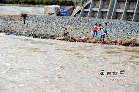 兰州:暑假正值丰水期,河边玩耍有危险!
