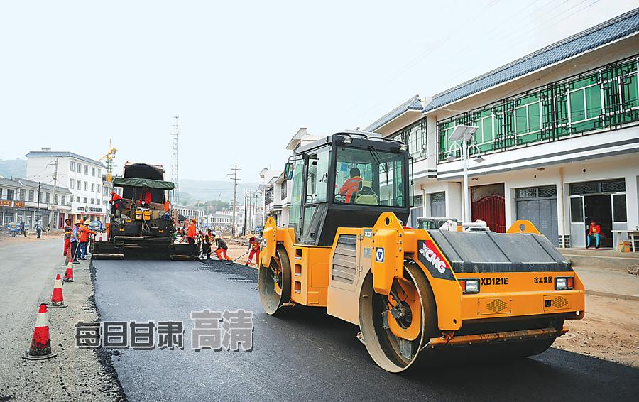 岷县公路管理段对街道路段进行维修