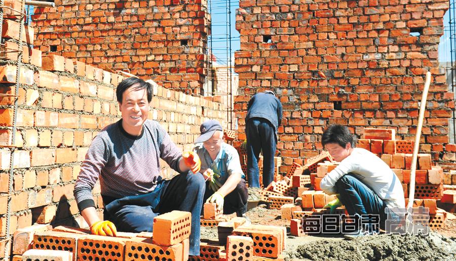 建筑工人冒着酷暑奋战在重建一线