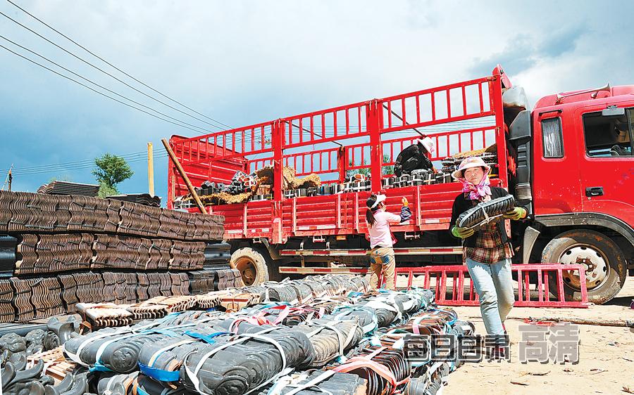 岷县中寨镇马崖村村民搬运房屋建筑材料