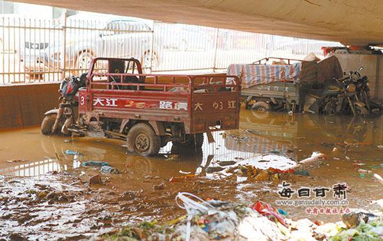 兰州:水淹停车场三轮摩托车 绿色市场商贩受灾