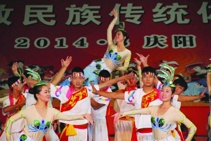 各民族舞蹈融合,象征民族大团结.(图二)-民运会开幕式演出举行