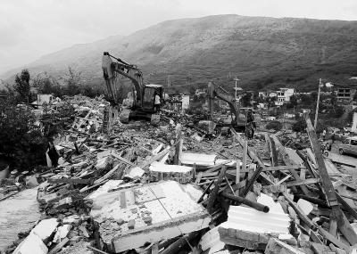 云南鲁甸地震灾区群众准备重建家园图片