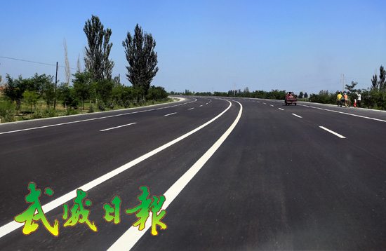 每日甘肃 武威 武威市 正文       金秋8月,蓝天白云下,金色大道两旁
