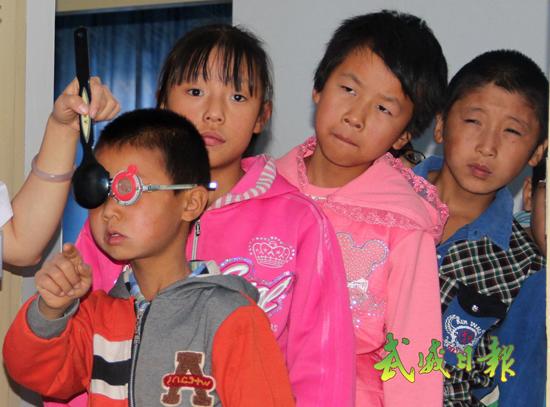 进行 视力 检查 孩子们/8月19日,孩子们在进行视力检查。