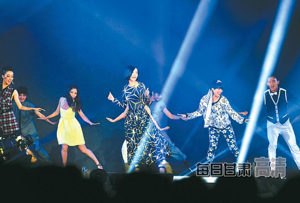 演员杨子珊现场载歌载舞