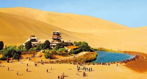 国庆黄金周众多中外游客到甘肃敦煌欣赏大漠风光-敦煌|月牙泉-每日甘肃-甘肃日报
