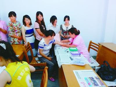 武都区三河镇计生工作人员对孕妇免费做孕前检查