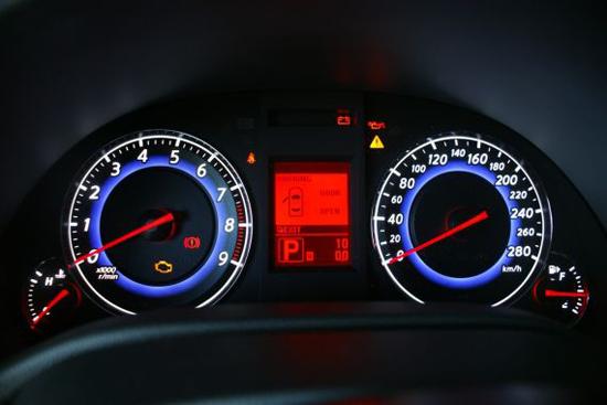1.水温表报警灯:   水温表一般在车辆上多为指针式的。其指针一般在正常温度时指示在红色区域以里的部位,其温度值一般在95摄氏度左右,有的车子要高一些。水温表的指示可以告诉我们车辆现在的温度情况,显示发动机现在是否处在正常温度工作范围,是否有高温等异常情况。因为车子一旦长时间高温运行会造成发动机的严重损坏。这就要求我们在开车时要不时的注意水温表的指示。尤其是在夏天天气相对很热容易造成发动机高温;因此在夏天开车时要特别关注你车子的水温表,不要让水温表的指针指示到红色报警区域。如果指针指示到了水温表的红色