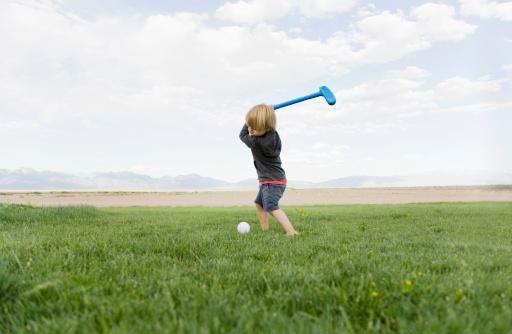 其实,这是一种对智力的误区。智力不仅包括认知反应的特性,还包括有效地处理问题、快速而成功地适应新环境的能力。   对儿童进行智力开发的途径最有效的方法之一就是有目的地让孩子参加体育活动。   运动能刺激大脑皮层   儿童运动、动作能力的发展可以直接反映儿童智力的发展情况。我们经常看到,智力低下的孩子,往往动作迟缓,动作能力落后于一般孩子。也就是说,动作发育是智力发育的早期表现形式之一。   这是因为,人的运动、动作是受大脑皮层支配的。人体各部位在大脑皮层都有相应的运动中枢,儿童加强运动能刺激相应大脑