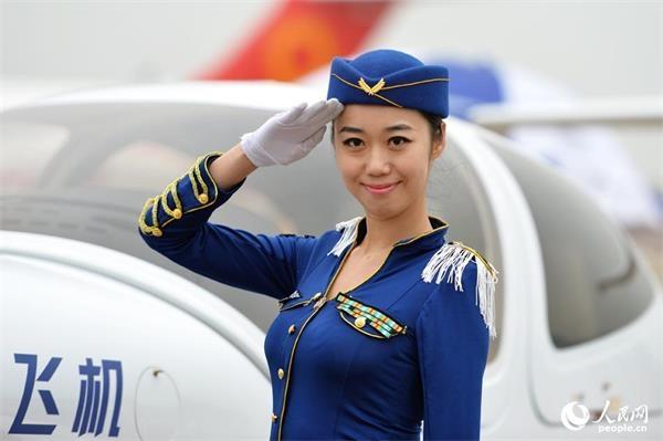 珠海航展:空姐模特上演制服秀(组图)