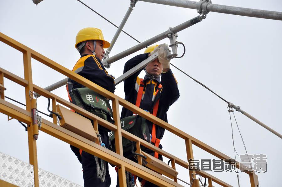 电力工人检修电路