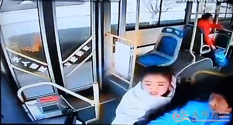 惊险 庆阳1路公交车上惊现女乘客抢夺方向盘高清图片
