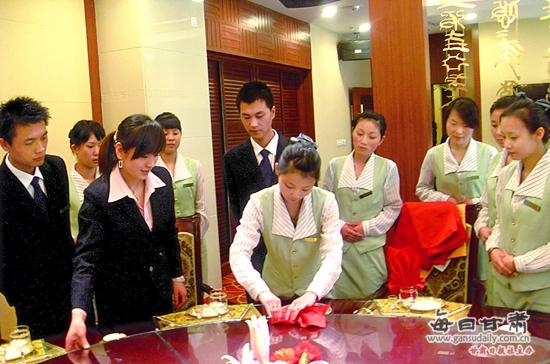 武威职业学院经济管理系酒店管理专业学生表演餐巾折花.