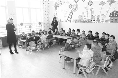 图片新闻:广河县幼儿园的小朋友们在教室上课