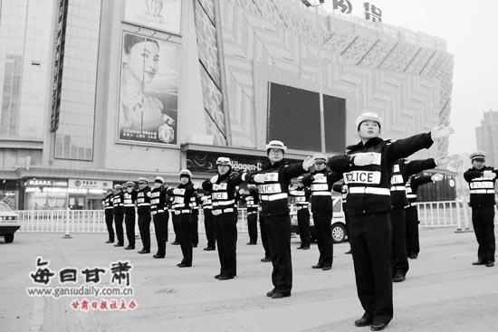 东岗交警大队从3月11日开始开展为期一周的体能和手势指挥训练.图片